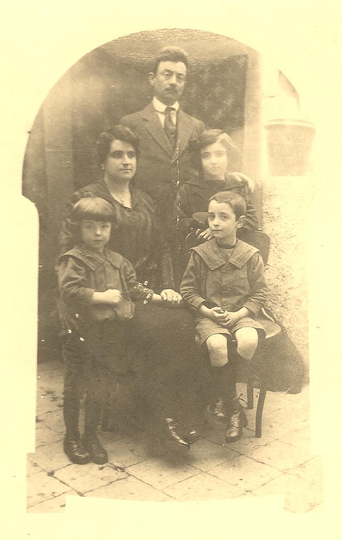 PAPA'-PEPPINO-1920-VENOSA-DAVANTI CASA-NONNI-ERNESTO-TERESA-SANTANGELO-ZII-VINCENZINA-FILIPPO